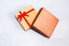 Caja de regalo para los regalos que embalan que mienten en fondo azul Imagen de archivo