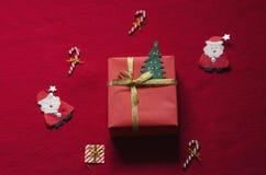 Caja de regalo plana de la Navidad de la endecha en fondo rojo Fotos de archivo