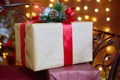 Caja de regalo por la Navidad y el Año Nuevo Imagen de archivo
