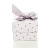 Caja de regalo presente con el lazo de satén Fotos de archivo