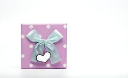 Caja de regalo punteada polca con pálido - el arco verde de la cinta y la tarjeta de felicitación en blanco aislados en el fondo  Imágenes de archivo libres de regalías