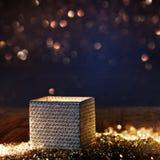Caja de regalo radiante brillante con el fondo del bokeh Fotos de archivo libres de regalías