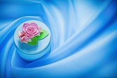 Caja de regalo redonda en concepto azul de los días de fiesta del fondo de la tela Fotos de archivo
