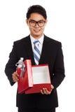 Caja de regalo roja abierta del hombre de negocios asiático Imagen de archivo