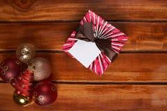 Caja de regalo roja colorida con la cinta marrón Imágenes de archivo libres de regalías