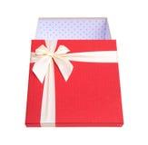 Caja de regalo roja con el arco beige con la trayectoria de recortes Imagenes de archivo