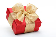Caja de regalo roja con el arco de la cinta del oro Fotografía de archivo libre de regalías