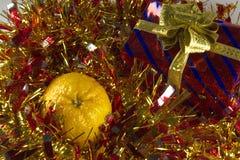 Caja de regalo roja con el arco de la cinta del oro Fotos de archivo