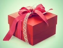 Caja de regalo roja con el arco decorativo imagen de archivo libre de regalías