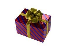Caja de regalo roja con el arco del oro aislado Imagenes de archivo