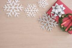 Caja de regalo roja con el copo de nieve por Feliz Navidad y Año Nuevo Imagenes de archivo