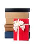 Caja de regalo roja con la caja de regalo de la pila Foto de archivo