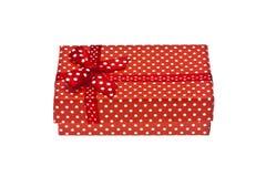 Caja de regalo roja con la cinta aislada en un blanco Fotografía de archivo libre de regalías
