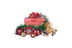 Caja de regalo roja con las decoraciones y bola del color en el fondo blanco Foto de archivo