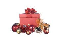 Caja de regalo roja con las decoraciones y bola del color en el fondo blanco Imagen de archivo