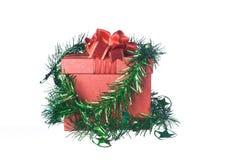 Caja de regalo roja con las decoraciones y bola del color en el fondo blanco Imagenes de archivo