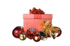 Caja de regalo roja con las decoraciones y bola del color en el fondo blanco Imágenes de archivo libres de regalías