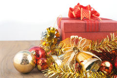 Caja de regalo roja con las decoraciones y bola del color en la madera Fotografía de archivo libre de regalías