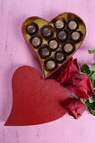 Caja de regalo roja de la forma del corazón del día de tarjetas del día de San Valentín de chocolates Imagen de archivo libre de regalías