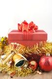 Caja de regalo roja de la Navidad con las decoraciones y bola del color en el fondo de madera blanco del vintage Copie el espacio Fotos de archivo libres de regalías