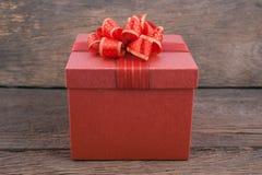 Caja de regalo roja de la Navidad y del Año Nuevo en el fondo de madera blanco del vintage Foto de archivo