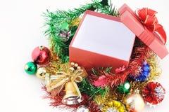 Caja de regalo roja de la Navidad y del Año Nuevo en el fondo de madera blanco del vintage Fotografía de archivo libre de regalías