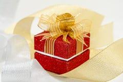 Caja de regalo roja de lujo de la chispa Fotografía de archivo