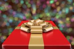 Caja de regalo roja decorativa contra un bokeh del fondo Foto de archivo libre de regalías