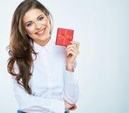 Caja de regalo roja del control feliz de la mujer Mujer de negocios - 2 imágenes de archivo libres de regalías