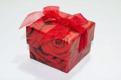 Caja de regalo roja en el fondo blanco Foto de archivo