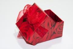 Caja de regalo roja en el fondo blanco Imagen de archivo libre de regalías
