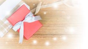 Caja de regalo roja en el fondo de madera de la tabla de la visión superior con el espacio de la copia Foto de archivo libre de regalías
