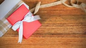 Caja de regalo roja en el fondo de madera de la tabla de la visión superior con el espacio de la copia Imágenes de archivo libres de regalías