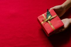 Caja de regalo roja en el fondo rojo para el espacio de la copia Imágenes de archivo libres de regalías
