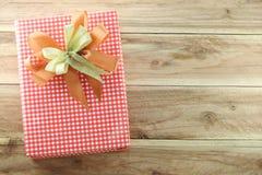 Caja de regalo roja en el piso de madera Fotografía de archivo libre de regalías