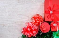 Caja de regalo roja en el piso de madera blanco imagenes de archivo