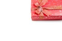 Caja de regalo roja en la esquina derecha aislada Fotos de archivo