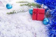Caja de regalo roja en la madera de /white de la nieve Fotografía de archivo libre de regalías