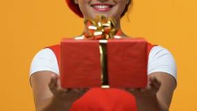 Caja de regalo roja de la tenencia femenina afroamericana feliz en manos, saludo del día de fiesta almacen de metraje de vídeo