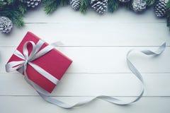 Caja de regalo roja de los regalos de Navidad con el elemento del pino de la frontera Imágenes de archivo libres de regalías