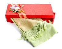 Caja de regalo roja, seda verde en el fondo blanco Fotografía de archivo