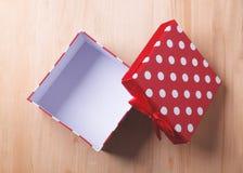 Caja de regalo roja vacía en fondo de madera Imagenes de archivo