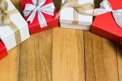 Caja de regalo roja y blanca en el fondo de madera de la tabla con el espacio de la copia Fotografía de archivo libre de regalías