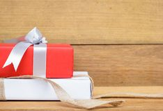 Caja de regalo roja y blanca en la tabla de madera de la visión superior con el espacio de la copia Concepto de la Navidad, del A Imagen de archivo libre de regalías