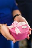 Caja de regalo rosada Imágenes de archivo libres de regalías