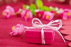 Caja de regalo rosada Fotos de archivo