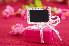 Caja de regalo rosada con el letrero Imágenes de archivo libres de regalías