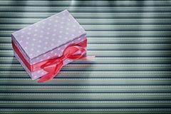 Caja de regalo rosada en concepto rayado de las celebraciones de la tela Foto de archivo libre de regalías