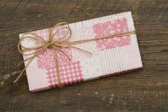 Caja de regalo rosada en fondo de madera foto de archivo libre de regalías
