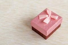 Caja de regalo rosada romántica con un fondo de la cinta Fotos de archivo